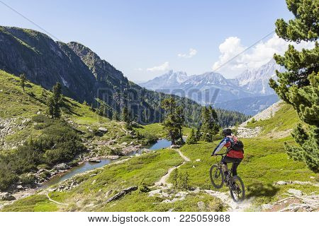 Mountainbiker on fast