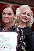 LOS ANGELES - AUG 11: Belinda Carlisle, Jane Wiedlin bei der Zeremonie für die Go-Go-Stern auf der Ho