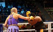 der Kampf. Boxer Natasha Ragozina (Russland) und Pamela London (Guyana)