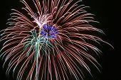 einen Nachthimmel voller Feuerwerk explodiert