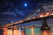 Ponte de Brooklyn e Manhattan Bridge sobre o Rio East à noite com lua no w New York City Manhattan