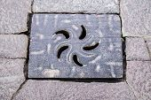 picture of manhole  - Ornamented Manhole Shaped With Petals in a Circulat Pattern - JPG
