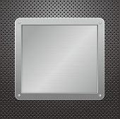 Placa metálica de plata brillante sobre un fondo con textura.