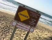 Ein Foto eines Zeichens Gefahr am Strand