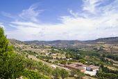 Ve a lo largo del río Tajo, con campos. Brihuega, España