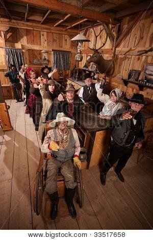 Постер, плакат: Клиенты в старых Saloon поджаривание напитки, холст на подрамнике