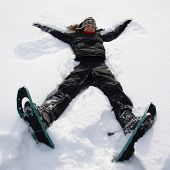 Menina se divertindo na neve