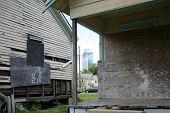 Ruínas de edifícios na sombra de arranha-céus de Houston