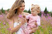 Mutter und Tochter im sommerwiese