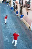 Polop, Alicante, España, octubre de 2011: Un tradicional partido de Pelota tocado en una calle de ciudad vieja