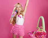Постер, плакат: звезда девушка блондинка певица как моды кукла поет с микрофоном