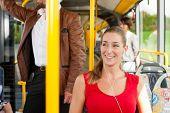 Weiblicher Fahrgast im Bus; vermutlich leitet sie Startseite