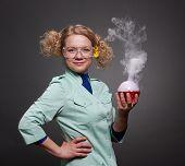 Lustige Frau Chemiker