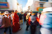 Tibetische Pilger zu Fuß Barkhor Jokhang verwischen