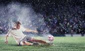 futbolista golpear la bola