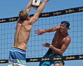 HERMOSA BEACH, CA - 21 de julio: Avery Drost y Matt Motter compiten en Jose Cuervo Pro Beach Volley