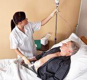 eine Krankenschwester gibt ein Patient eine infusion