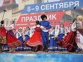 SARATOV. RUSSIA  AUGUST 11 2012 Fair dedicated to the start of harvesting. Cossack folklore ensemble