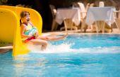 Menina deslizando na piscina
