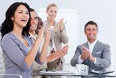 fröhlich Geschäftsleute applaudieren in einer Besprechung