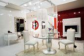 Muebles hermosos y modernos en la tienda de muebles