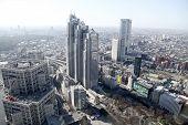 el moderno edificio en el Tokio de Japón.