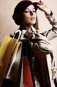 Retrato de jóvenes hermosas mujeres con sus bolsas de compras (tonos retro)