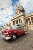 Havanna mar 14: eine klassische Parkplätze vor des Kapitols kann 14,2011 in havana.cubans halten Sie tausend