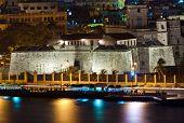 La fortaleza de La Fuerza en la Habana Vieja, iluminada por la noche