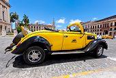 Havanna Juni 4:ford von 1937 an das Capitol Juni 4,2011 in havana.cubans halten Sie Tausende von