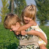 Hermosa niña y niño en el campo