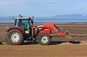Tractor limpiador de playa
