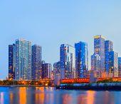 Skyline de colorido panorama sunset City of Chicago USA del centro