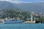 YALTA, Ucrania - 11 de mayo: Adriana nave ir al puerto de Yalta, Ucrania el 11 de mayo de 2013. El buque w
