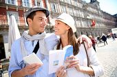 Touristen gehen in La Plaza Mayor mit Traveler guide