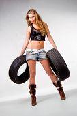 Schöne Mädchen mit zwei Pkw-Reifen