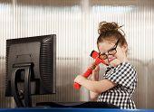 Menina nerd quebrando seu computador