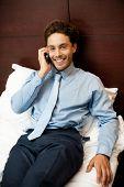 Постер, плакат: Бизнесмен посещающих личных звонков после работы