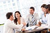 Apretón de manos de negocio en medio de una reunión en la oficina