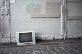picture of graff  - TV discarded in the street - JPG