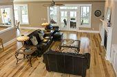 Luxus Wohnzimmer mit Ahorn Böden und Ledermöbel