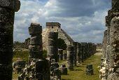 Columnas de piedra mayas