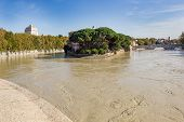 Isla del Tíber y A inundan Tiber, Roma, Italia