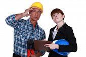 Comerciante e engenheiro, olhando para o teto