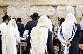 Jerusalén - el 11 de febrero: Jasídicos judíos en el muro de las Lamentaciones 11 de febrero de 2012 en Jerusalén, IL. El wa