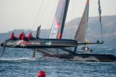 SAN FRANCISCO, CA - Oktober 4: Schweden '??s Artemis Racing Red Segelboot mit Skipper von Nathan Outteridge