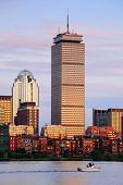BOSTON, MA - 20 de JUN: Prudential Tower closeup, em 20 de junho de 2011, em Boston, Massachusetts. Ergue-se uma