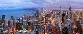 Chicago skyline panorama luchtfoto met wolkenkrabbers over Lake Michigan met bewolkte hemel in de schemering.
