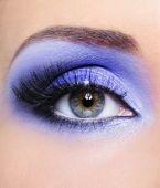Luz azul maquillaje del ojo de la mujer