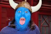Joven con máscara azul en su cara